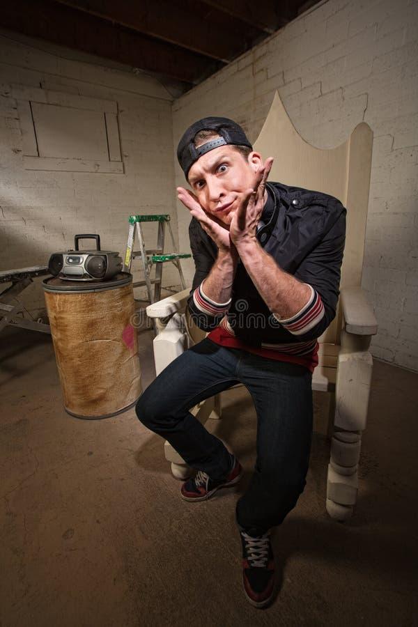 Uomo sciocco con le mani su Chin fotografia stock libera da diritti