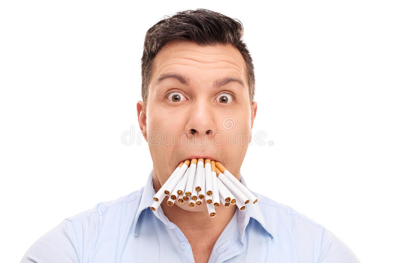 Uomo sconcertante con le sigarette nel suo bocca immagine stock libera da diritti