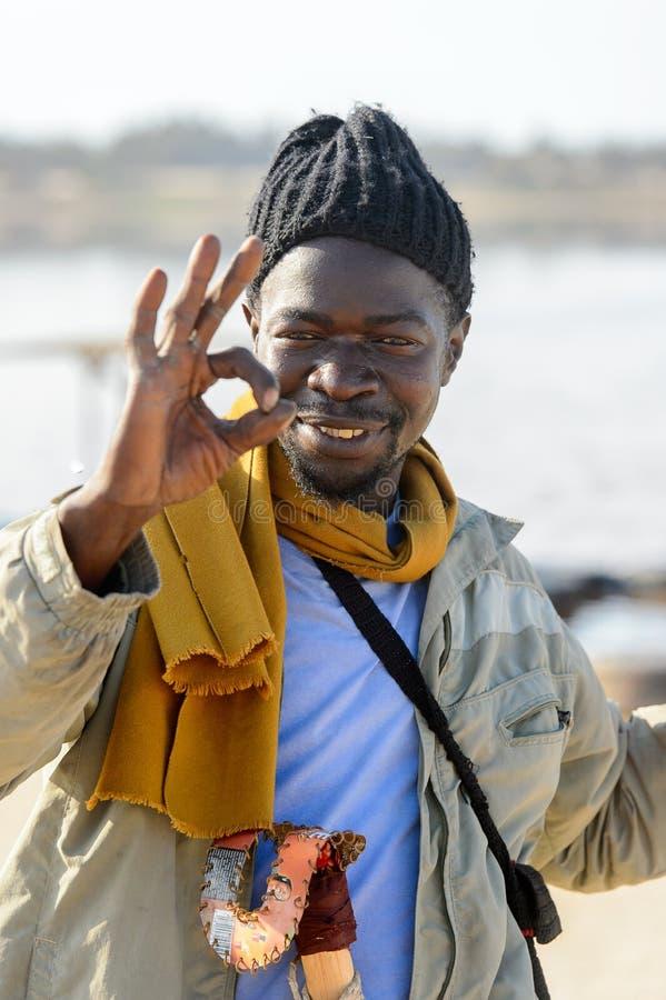 Uomo senegalese non identificato con i sorrisi delle trecce sul coa salato fotografie stock