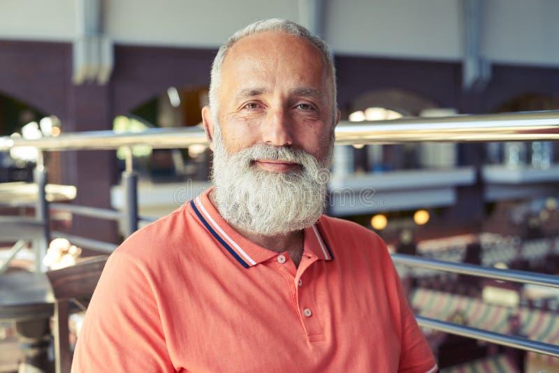 Uomo senior allegro con la barba grigio-dai capelli immagine stock