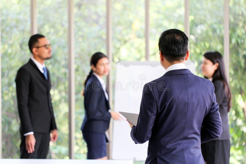 Uomo senior Asia di affari con la discussione di riunione del gruppo di affari fotografia stock