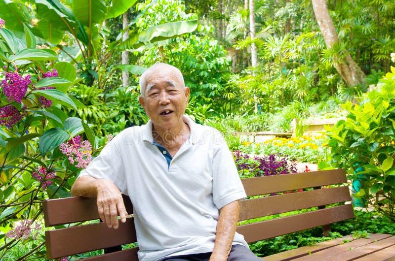 Uomo senior asiatico sorridente immagine stock libera da diritti