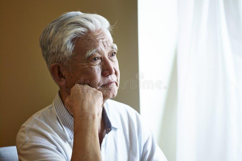 Uomo senior asiatico triste del ritratto fotografie stock