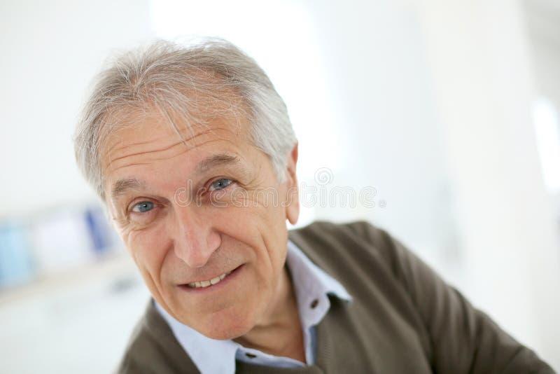 Uomo senior bello a casa fotografia stock libera da diritti