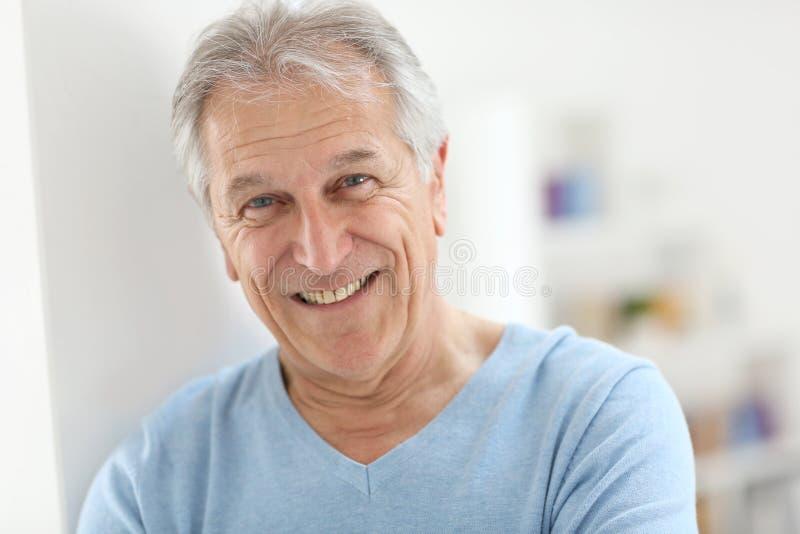 Uomo senior bello sorridente fotografie stock