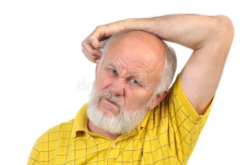 Uomo senior calvizia che graffia il suo altro orecchio fotografie stock libere da diritti