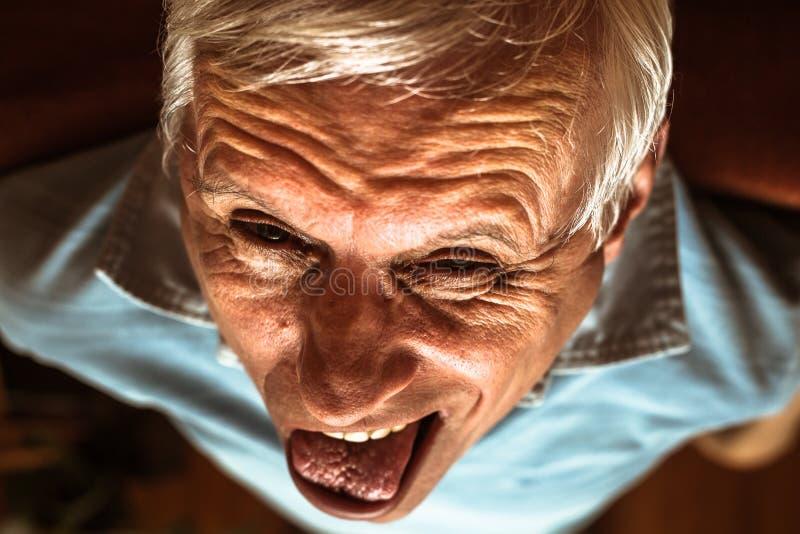 Uomo senior che fa fronte divertente fotografia stock libera da diritti
