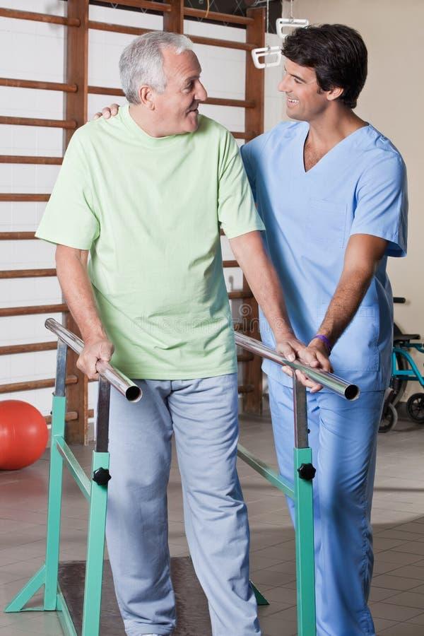 Uomo senior che ha terapia ambulatoria immagini stock