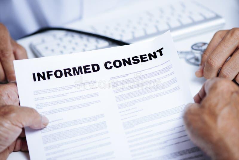 Uomo senior che legge un consenso informato fotografia stock libera da diritti