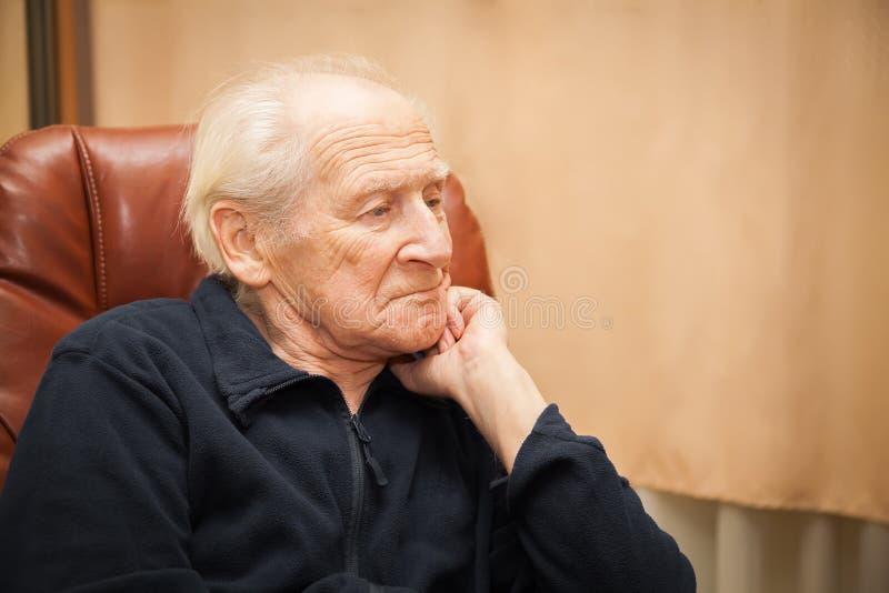Uomo senior che pensa alla sua vita fotografia stock libera da diritti