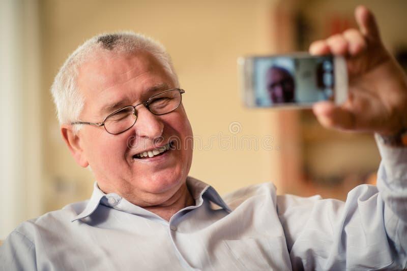 Uomo senior che prende selfie fotografie stock libere da diritti