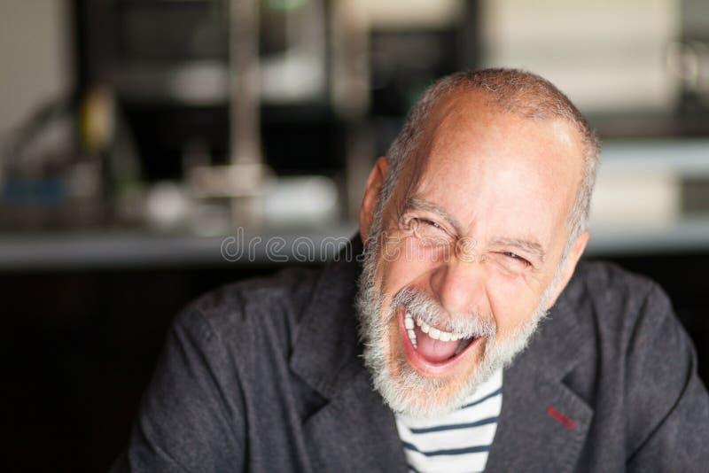 Uomo senior che ride molto fotografia stock libera da diritti