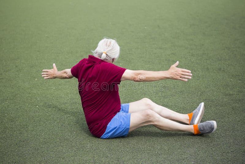 Uomo senior che si esercita in uno stadio aperto immagine stock libera da diritti
