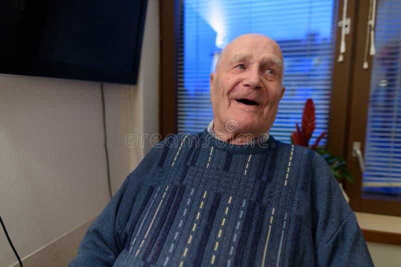 Uomo senior che si rilassa alla casa di cura a Turku, Finlandia fotografia stock