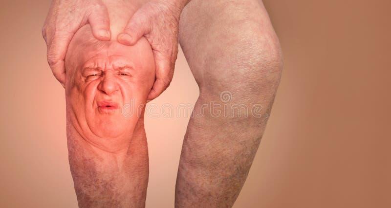 Uomo senior che tiene il ginocchio con dolore collage Concetto di dolore e di disperazione astratti immagine stock libera da diritti