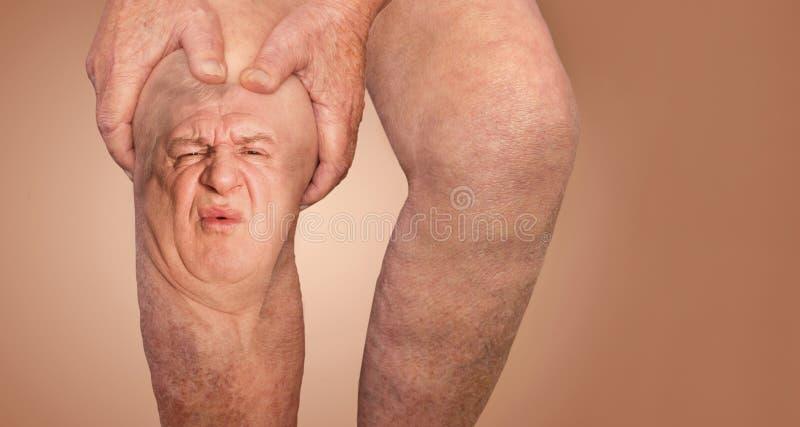 Uomo senior che tiene il ginocchio con dolore collage Concetto di dolore e di disperazione astratti fotografie stock libere da diritti