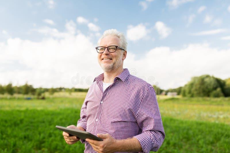 Uomo senior con il computer del pc della compressa alla contea immagine stock