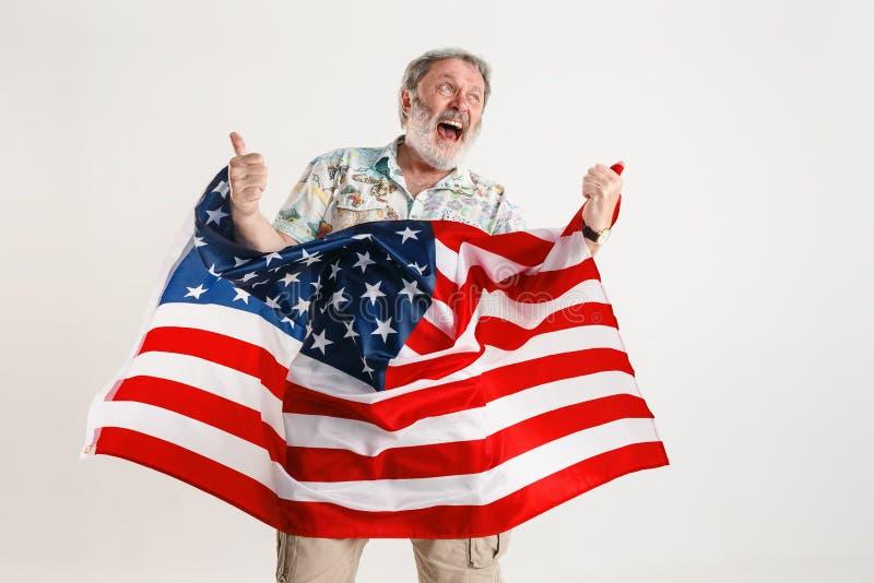 Uomo senior con la bandiera degli Stati Uniti d'America immagini stock