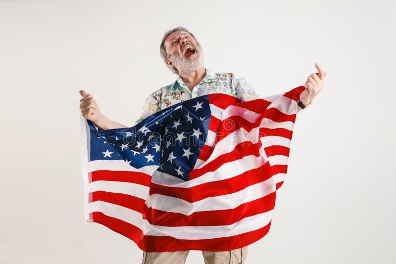 Uomo senior con la bandiera degli Stati Uniti d'America immagine stock libera da diritti