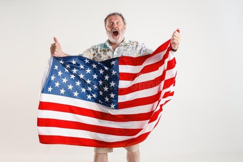 Uomo senior con la bandiera degli Stati Uniti d'America fotografia stock libera da diritti