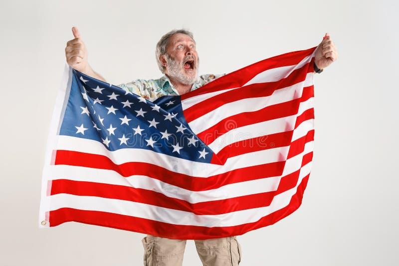 Uomo senior con la bandiera degli Stati Uniti d'America fotografia stock