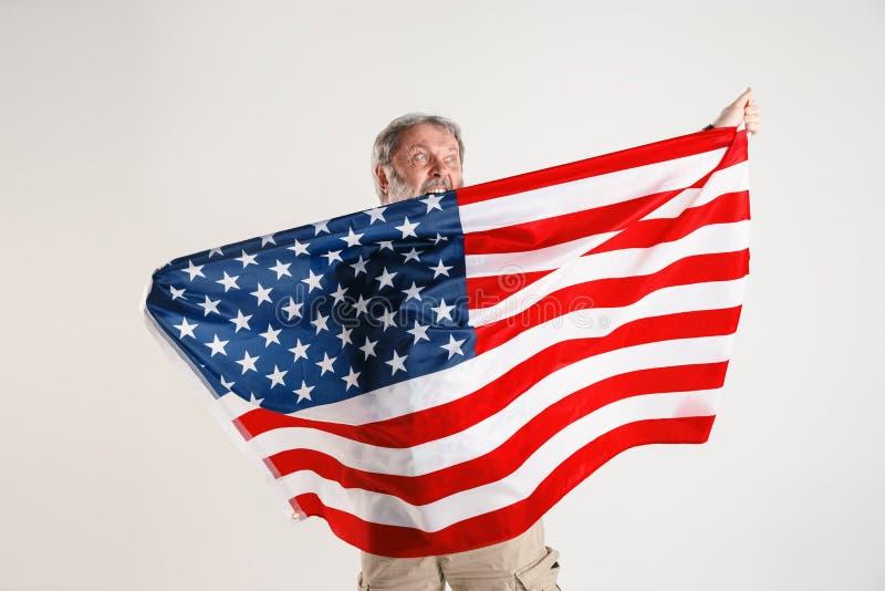Uomo senior con la bandiera degli Stati Uniti d'America fotografie stock libere da diritti