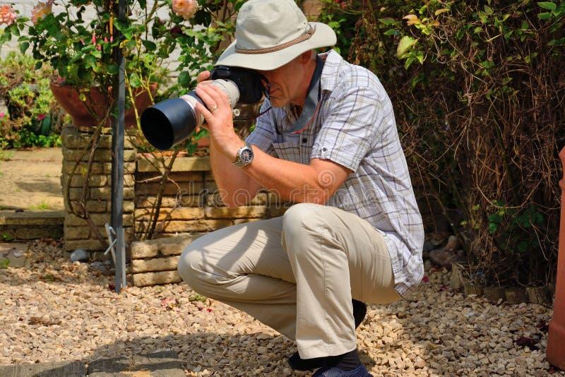 Uomo senior con la macchina fotografica immagini stock libere da diritti
