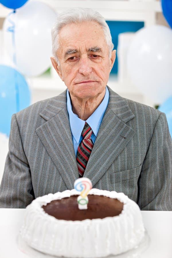 Uomo senior con la torta di compleanno fotografia stock libera da diritti