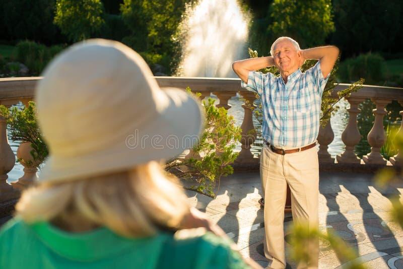 Uomo senior con le armi alzate fotografie stock libere da diritti