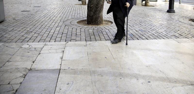Uomo senior con le grucce immagine stock