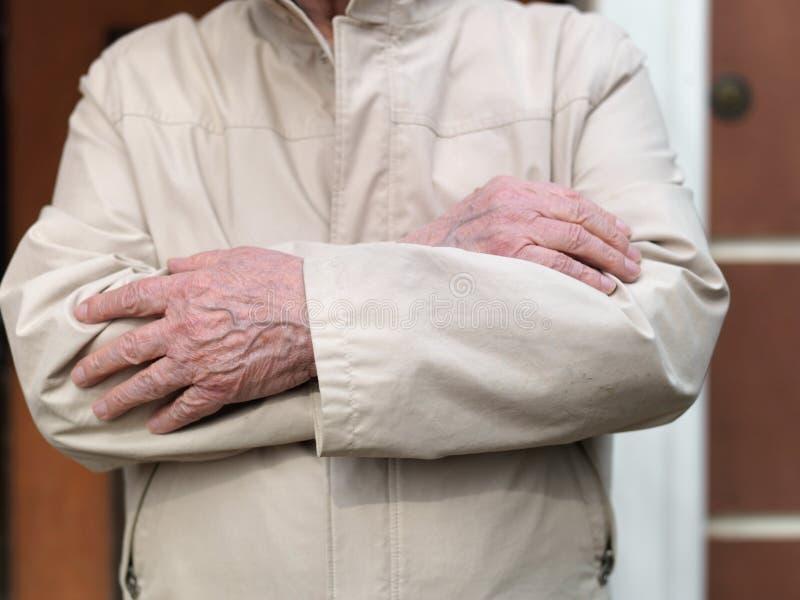 Uomo senior con le mani attraversate immagini stock libere da diritti