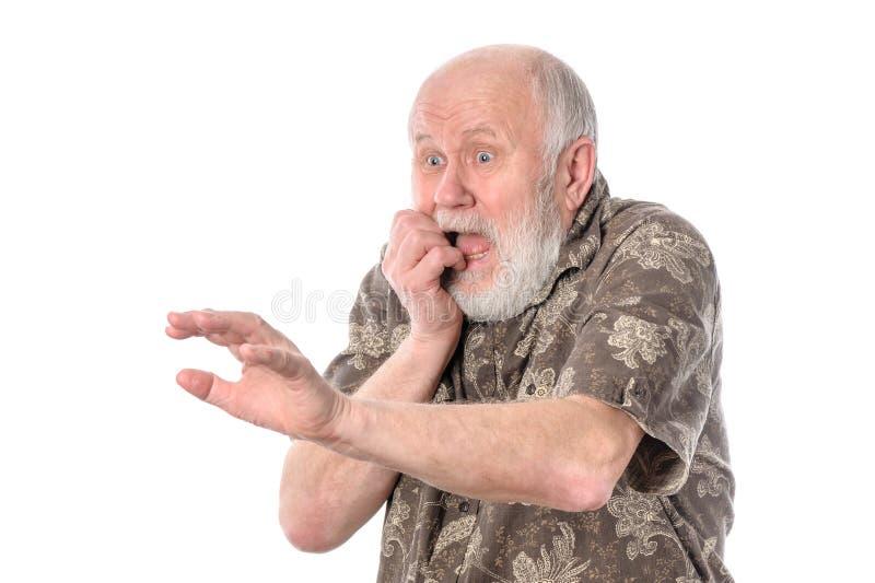 Uomo senior con lo smorfia di timore, isolato su bianco immagini stock