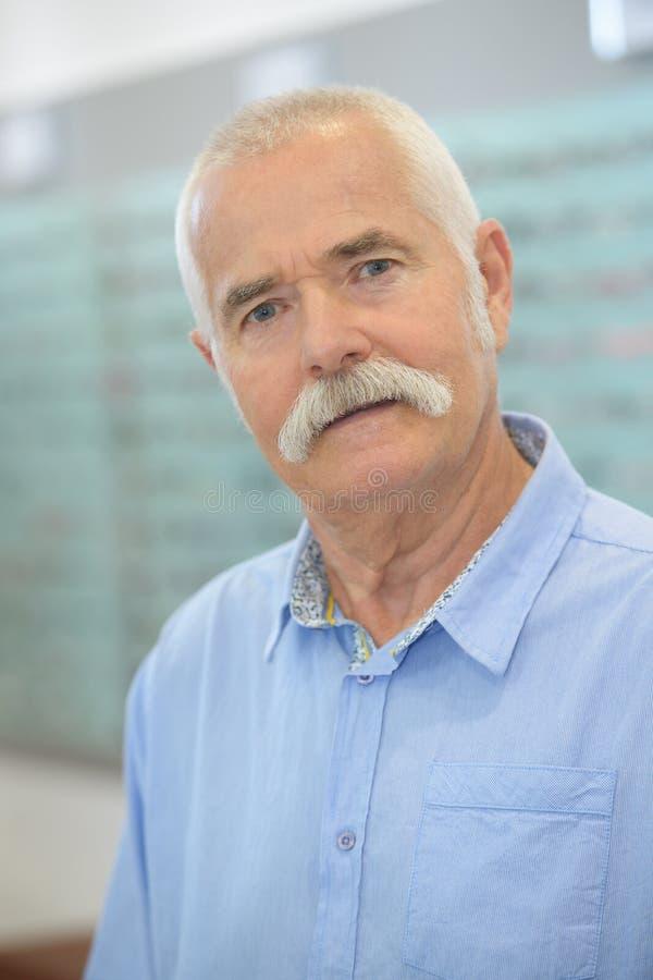 Uomo senior del ritratto in ottici fotografia stock libera da diritti