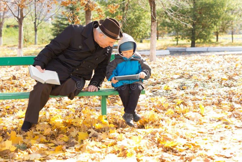 Uomo senior disabile con il suo nipote immagini stock libere da diritti