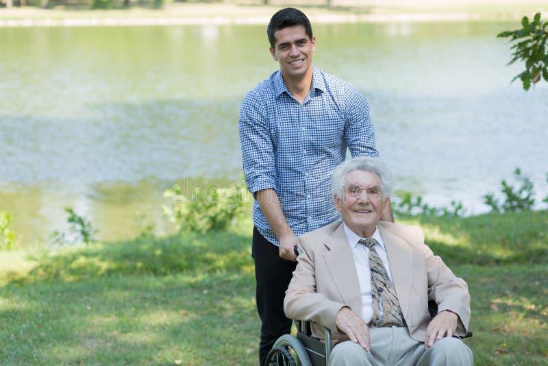 Uomo senior disabile e nipote fotografia stock libera da diritti