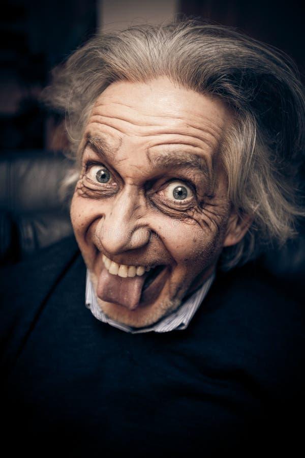 Uomo senior divertente che fa i fronti fotografia stock