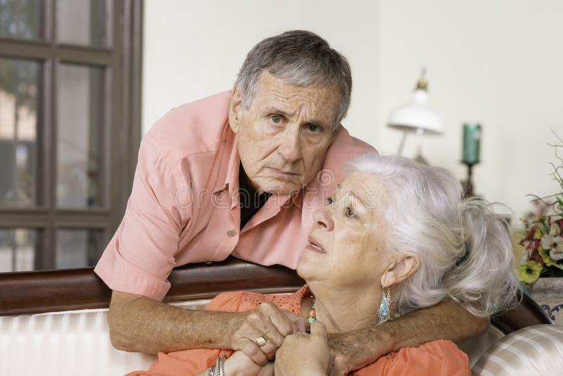 Uomo senior e donna preoccupati fotografia stock libera da diritti