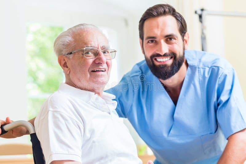 Uomo senior ed infermiere nella casa di riposo immagine stock