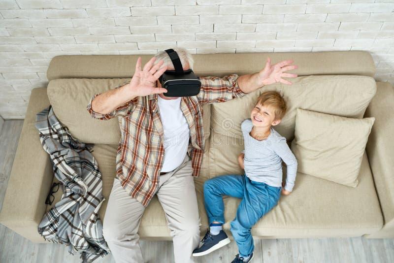 Uomo senior emozionante che usando VR immagine stock
