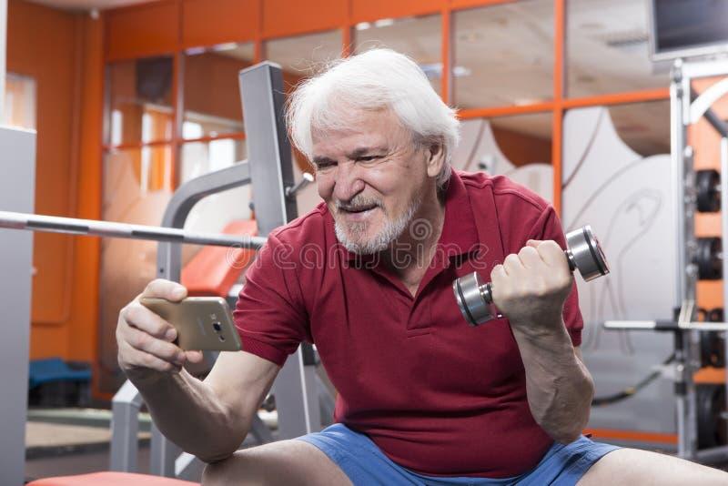 Uomo senior nel centro di forma fisica fotografie stock