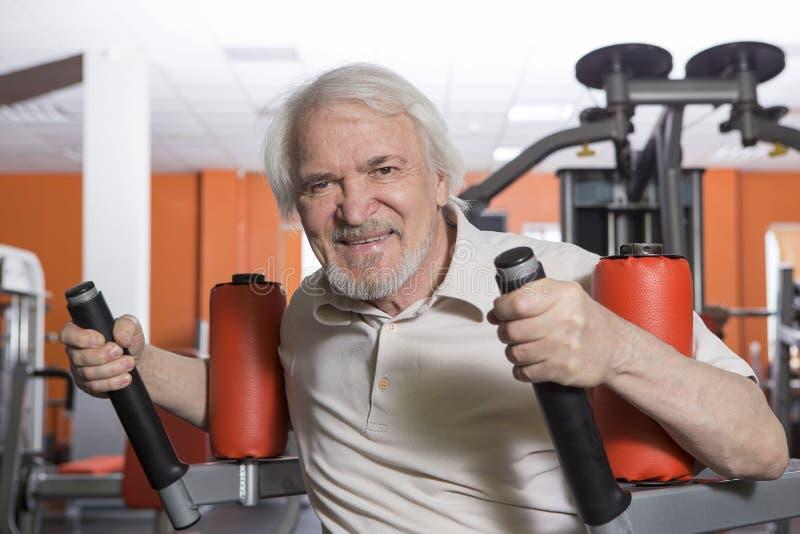 Uomo senior nel centro di forma fisica fotografie stock libere da diritti