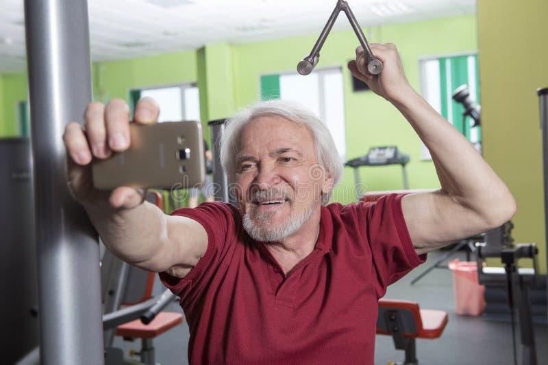Uomo senior nel centro di forma fisica fotografia stock libera da diritti