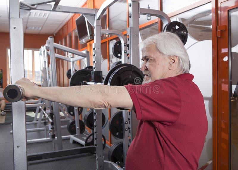 Uomo senior nel centro di forma fisica immagine stock libera da diritti