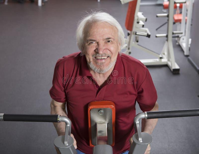 Uomo senior nel centro di forma fisica immagini stock