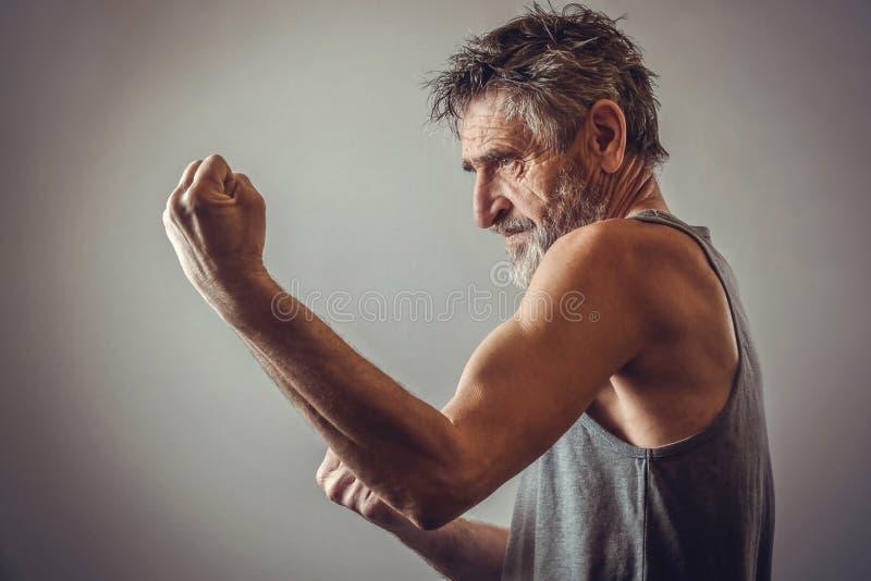 Uomo senior nella posizione di combattimento immagine stock libera da diritti