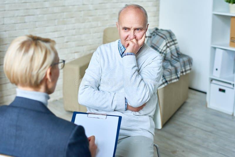 Uomo senior nella terapia immagini stock libere da diritti