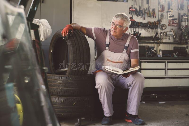 Uomo senior in officina immagine stock