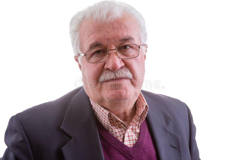 Uomo senior pensionato con un'espressione disturbata immagine stock