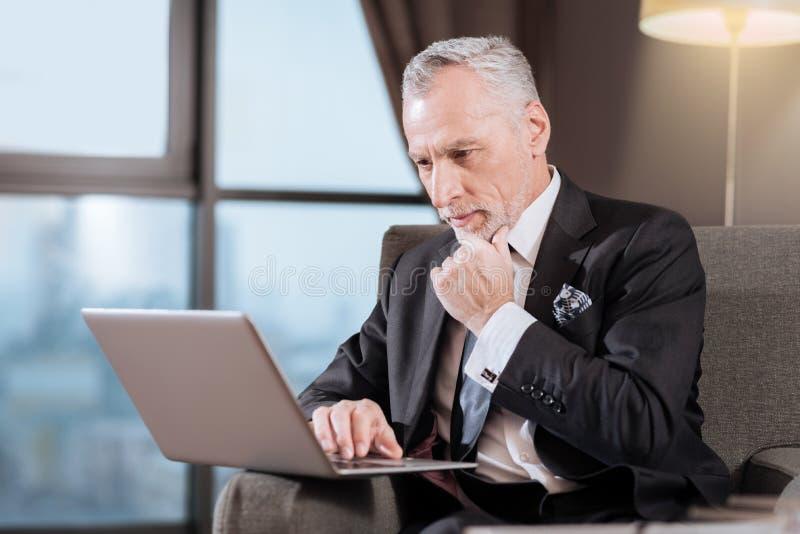 Uomo senior riflettente per quanto riguarda le prospettive immagine stock libera da diritti