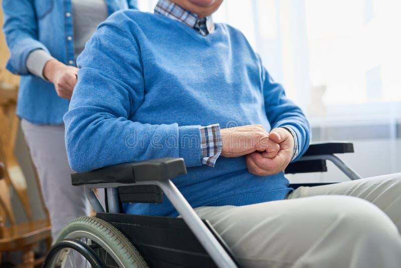 Uomo senior in sedia a rotelle fotografie stock